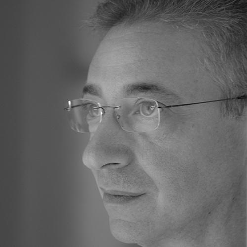 Il professore Gianfranco Strano è docente di laboratorio di oreficeria, tecniche orafe e Cad Cam. Ha fondato l'Accademia Orafa Italiana.